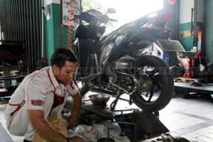 インドネシアのバイク修理