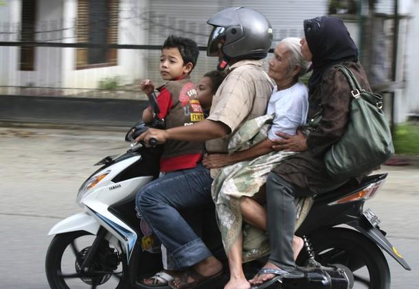 バイクの4人乗り、インドネシア